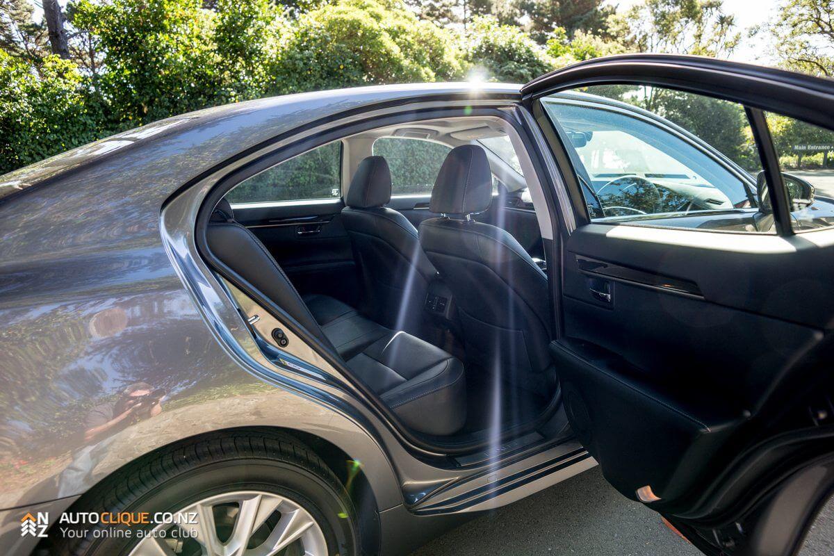 Lexus_ES300h-16