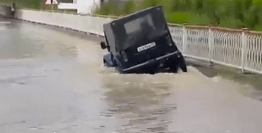 russia-4wd-wxw-suv-flood-submarine