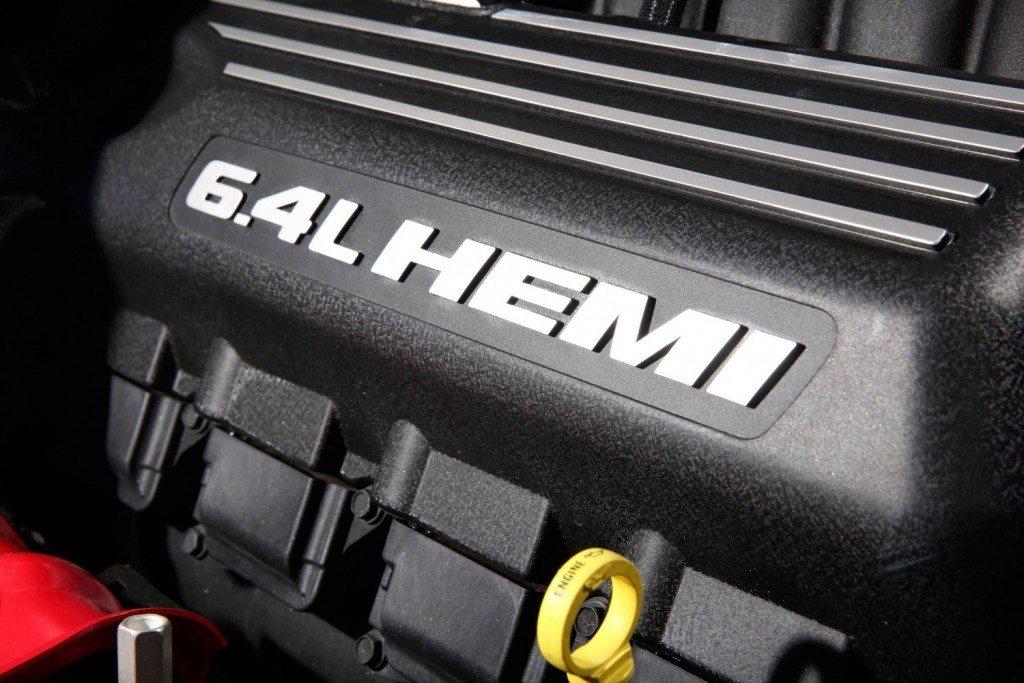 Chrysler_300_SRT_engine_nz_0002a