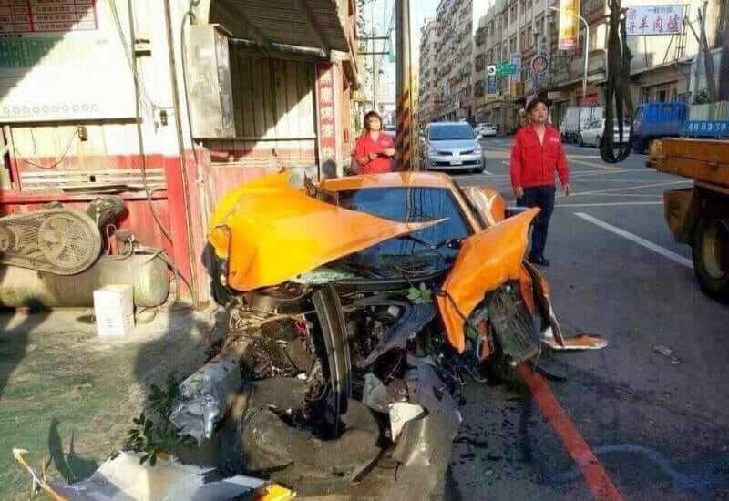 mclaren-mp4-12c-crash-04