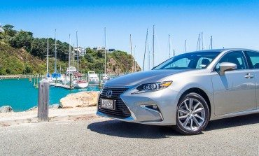 2016 Lexus ES 300H - Car Review - Where is my driver?